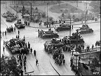 Советские танки Т-34 в центре Будапешта (фото 1956 года)