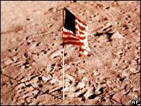 Bandera estadounidense en la luna