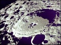 Cráter en la superficie lunar