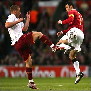 Roma's Daniele de Rossi and Manchester United's Ryan Giggs