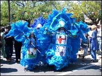 Участники новоорлеанского карнавала