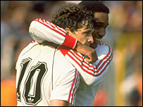Paul Ince congratulates Mark Hughes after his goal in the 1990 FA Cup final