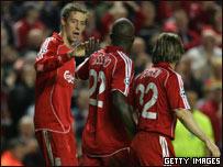 Momo Sissoko saluda a Peter Crouch, que acaba de anotar para Liverpool, en el partido entre el equipo inglés y PSV Eind