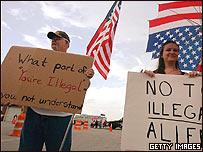 Estadounidenses protestan para que se refuercen las medidas contra los indocumentados