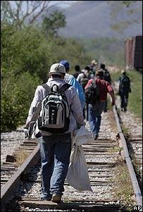 Emigrantes mexicanos huyen de las patrullas que vigilan la frontera norte de su país
