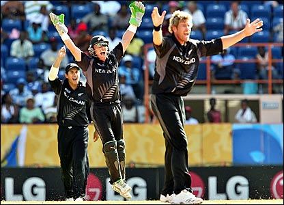 Bredon McCullum (centre) and Jacob Oram (right) appeal for the wicket of Sanath Jayasuriya