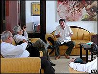 el alto comisionado para la paz, Luis Carlos Restrepo, (centro) reunido con obispos de la Iglesia Católica en La Habana