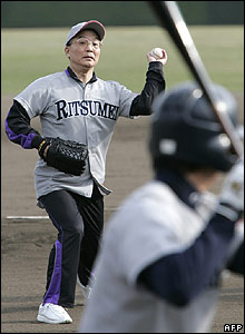 Wen Jiabao plays baseball at Ritsumeikan University in Kyoto on 13 April 2007