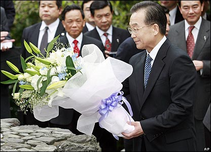 Wen Jiabao lays flowers at a memorial to former Chinese PM Zhou Enlai on 13 April 2007
