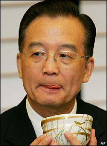 Wen Jiabao drinks Japanese green tea in Kyoto on 13 April 2007