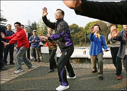 Wen Jiabao practises tai chi in a Japanese park on 12 April 2007
