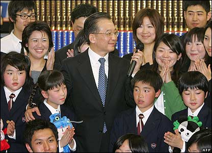 Wen Jiabao meets schoolchildren on a visit to Ritsumeikan University in Kyoto on 13 April 2007
