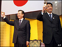Wen Jiabao (left) and Shinzo Abe