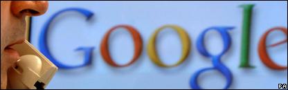Hombre habla por teléfono frente al logotipo de Google