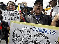 Ecuatorianos a favor de la destitución de congresistas