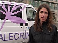 Andrea XXX, frente a la unidad m�vil de Alecr�n