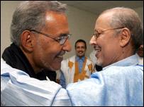 الرئيس الجديد سيدي ولد الشيخ عبد الله (إلى اليمين) وأحمد ولد داداه الذي خسر الاعادة
