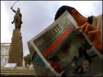 جزائري يقرأ صحيفة