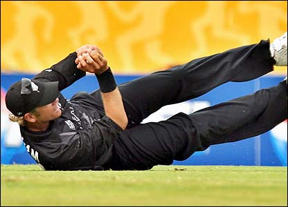 New Zealand's Jacob Oram catches Graeme Smith