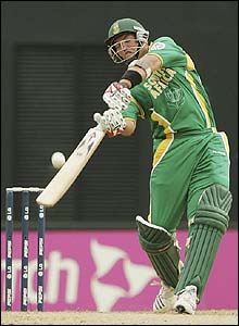 Jacques Kallis launches into the Kiwi attack
