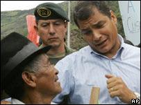 Ecuadorean President Rafael Correa (R) in El Pingue