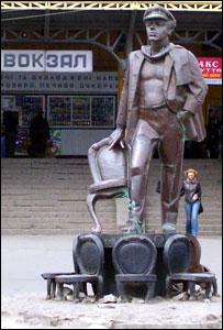 Памятник Остапу Бендеру у вокзала в Жмеринке