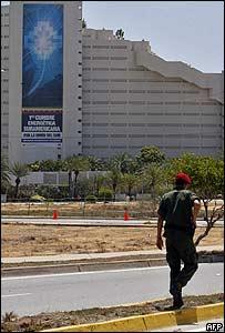 Polic�a custodia sede de cumbre energ�tica en la isla de Margarita.