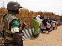جندي من القوات الإفريقية العاملة حاليا في دارفور