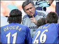 Jose Mourinho talks to Didier Drogba and John Terry