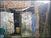 Patio de la casa de una v�ctima de trata ecuatoriana.