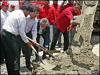 Evo Morales, presidente de Bolivia, Nicanor Duarte, de Paraguay, Luiz Inácio Lula da Silva, de Brasil y Hugo Chávez de Venezuela, preparan cemento.