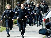 La polic�a corre hacia el lugar del tiroteo en la Universidad de Virginia Tech