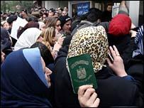 Refugiados iraqu�es frente a las oficinas de la ONU en Damasco.