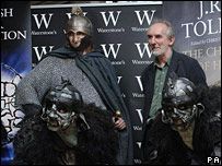 The character Turin and Alan Lee (r) with Orcs from Lord of the Rings