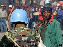 UN peacekeeper on guard in Bukavu after rebels are ousted June 2004