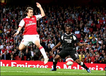 Tomas Rosicky scores for Arsenal