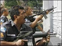 Brazil's policemen take up position in Rio de Janeiro on 17 April 2007