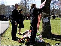 George Bush ve a Laura Bush mientras firma el altar