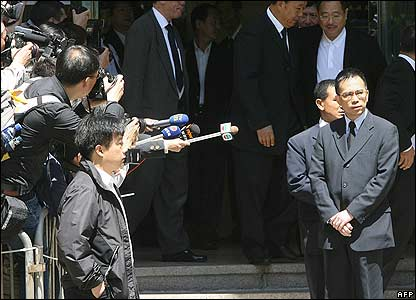 Tycoon Victor Li (right) leaves the funeral home after paying his respects to Nina Wang - 18/04/07
