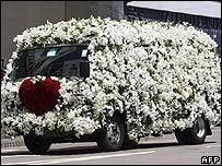 Flower-covered hearse takes Nina Wang's coffin to the crematorium - 18/04/07