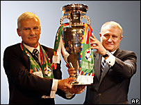 El Presidente de la Asociaci�n Polaca de F�tbol, Michal Listkiewicz (izq.) y de la de Ucrania, Hryhory Surkis, sostienen la Eurocopa.