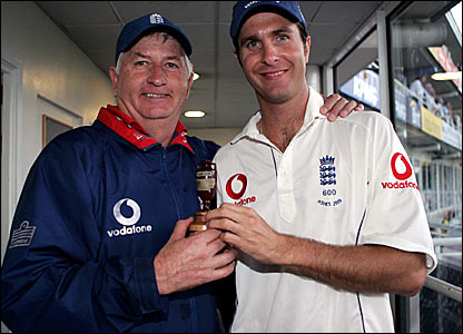 England coach Duncan Fletcher (left) and captain Michael Vaughan with the Ashes Urn