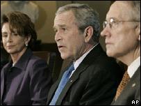 Senador Harry Reid (der.), presidente Bush y congresista Nancy Pelosi (iz.)