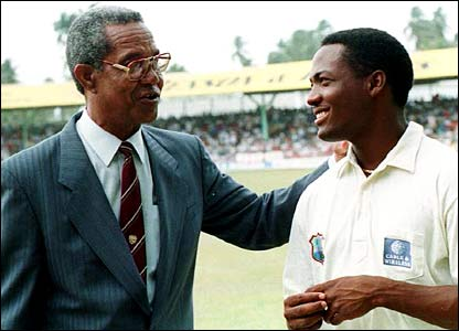 Sir Garfield Sobers congratulates Lara on his record-breaking innings