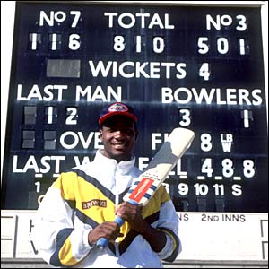 Sir Garfield Sobers congratulates Lara on his record-breaking innings