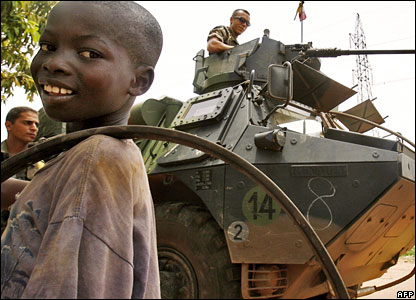 A child in front of French troops in Ivory Coast
