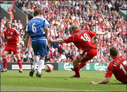 Kuyt scores his second in the 68th minute