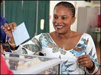 French deputy Christiane Taubira casts her vote at a polling station, 21 April 2007 in Cayenne
