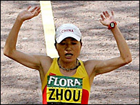 Zhou Chunxiu crosses the finishing line