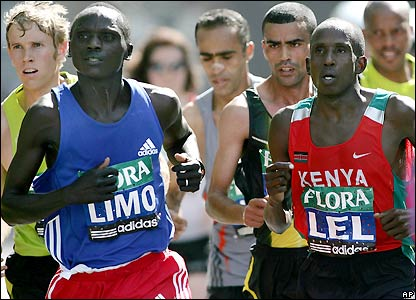 The leading men pass the 22-mile mark